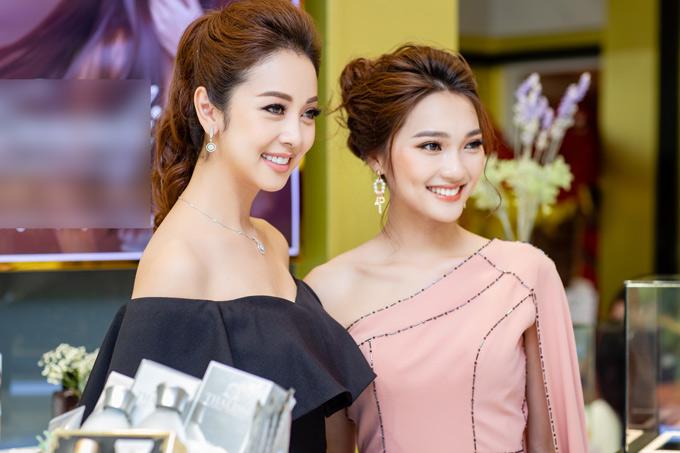 Jennifer Phạm ngồi xế hộp hơn 14 tỷ chạy show ở Hà Nội