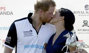 Meghan 'khóa môi' Harry trên sân khấu trao giải đấu từ thiện