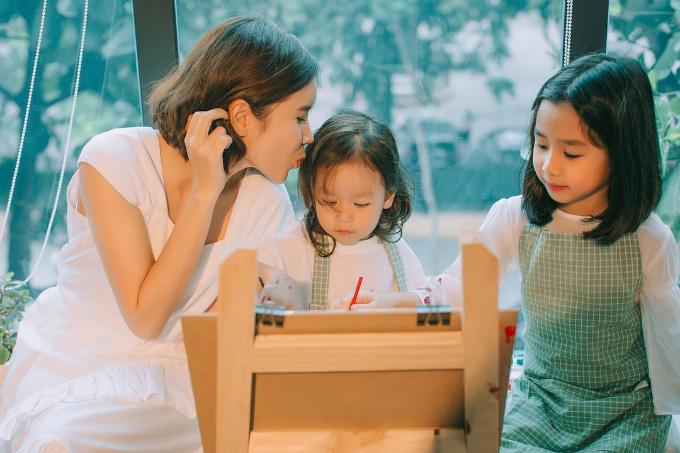 Lưu Hương Giang nhắn nhủ con: Các em ở nhà ngoan để tháng 8 mẹ quay lại với The Voice Kids với các bạn bé nào, 2 năm bỏ quên ghế đỏ rồi.