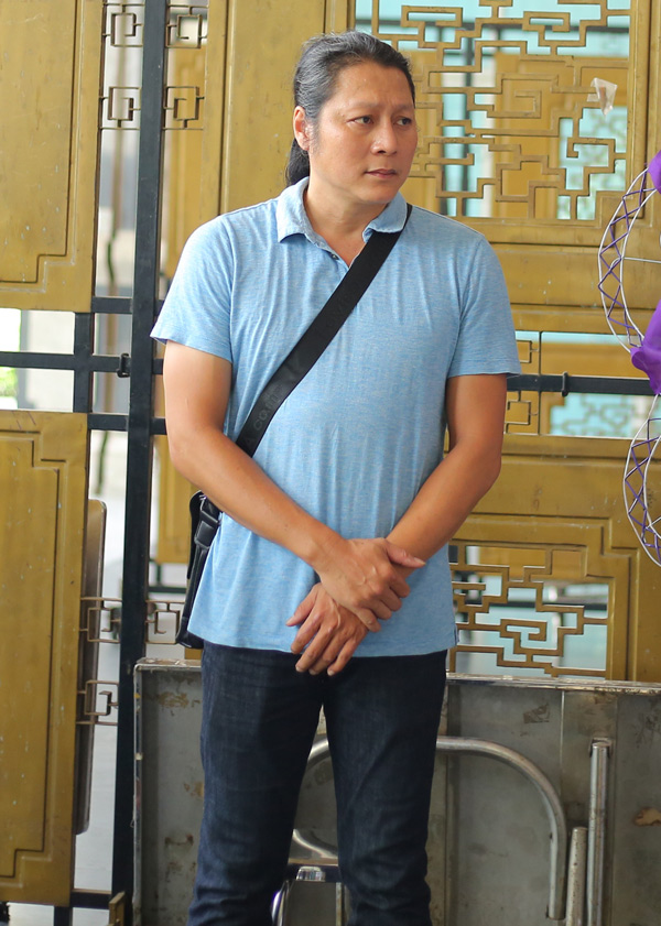 Diễn viên Mai Sơn Lâm nét mặt đượm buồn khi đến Nhà tang lễ TP HCM viếng Thanh Hoàng.