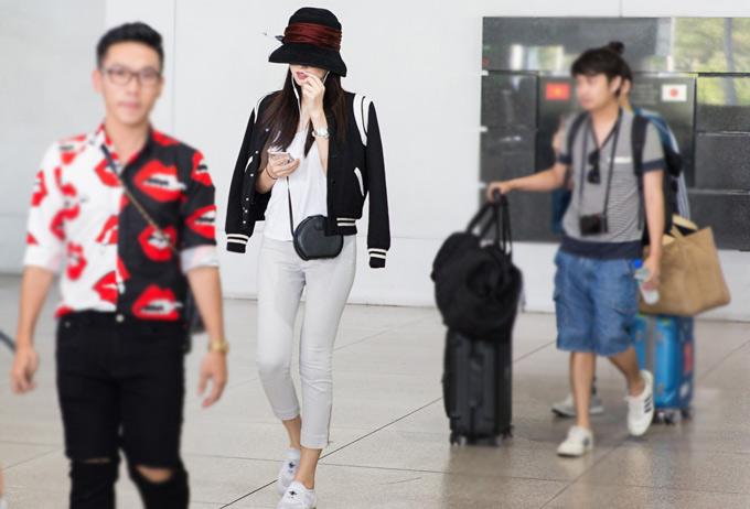 Nong Poy một mình đến Việt Nam theo lời mời của Hoa hậu Quý bà Hòa bình Thế giới 2017 Phương Lê.
