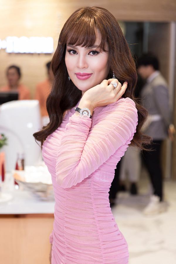 Hoa hậu Quý bà Hòa bình Thế giới 2017 Phương Lê gây ấn tượng khi diện váy hiệu xuyên thấu, đeo đồng hồ 1,5 tỷ, nhẫn kim cương 20 tỷ đồng dự event.