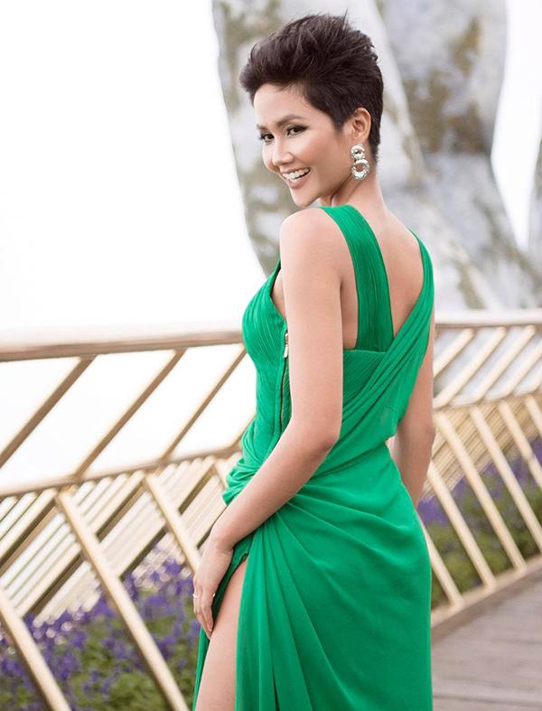 HHen Niê thể hiện sự táo bạo và mới mẻ trong phong cách thảm đỏ với thiết kế váy xẻ cao.
