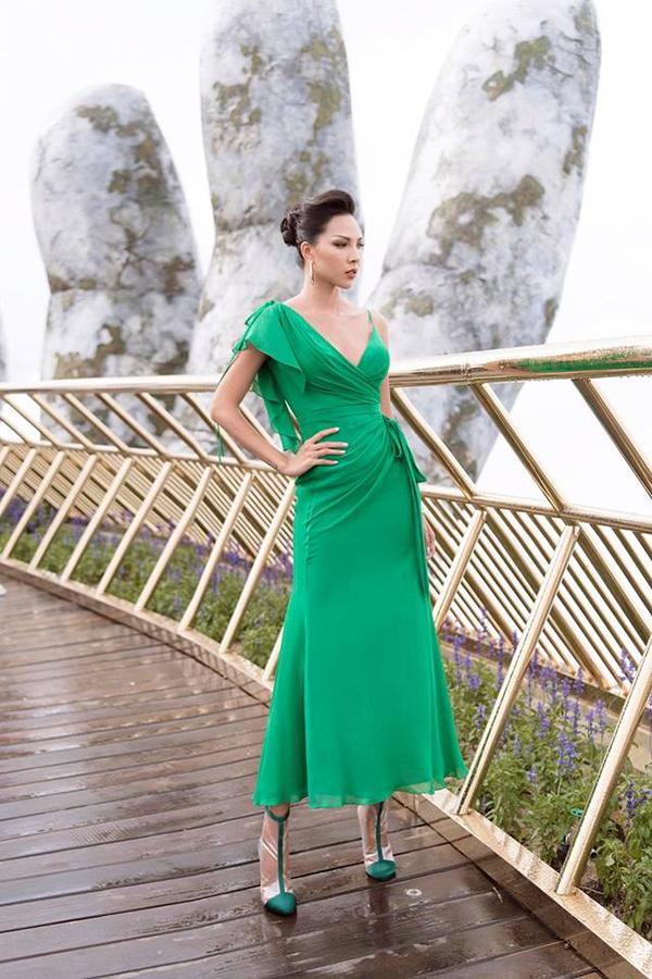 Váy thắt eo, vạt quấn nhẹ nhàng được Minh Triệu chọn lựa để hoà cùng trào lưu ăn mặc thịnh hành.