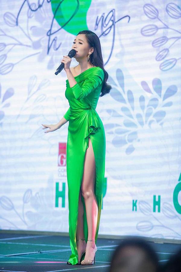 Ca sĩ Bùa yêu ngày càng thể hiện phong cách ăn mặc sang trọng và sành điệu.