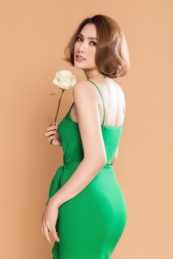 Sắc xanh nổi bật lấy cảm hứng vẻ đẹp từ thiên nhiên được các tín đồ thời trang châu Á yêu thích. Dàn người đẹp nổi tiếng cũng nhanh chóng bắt trend.