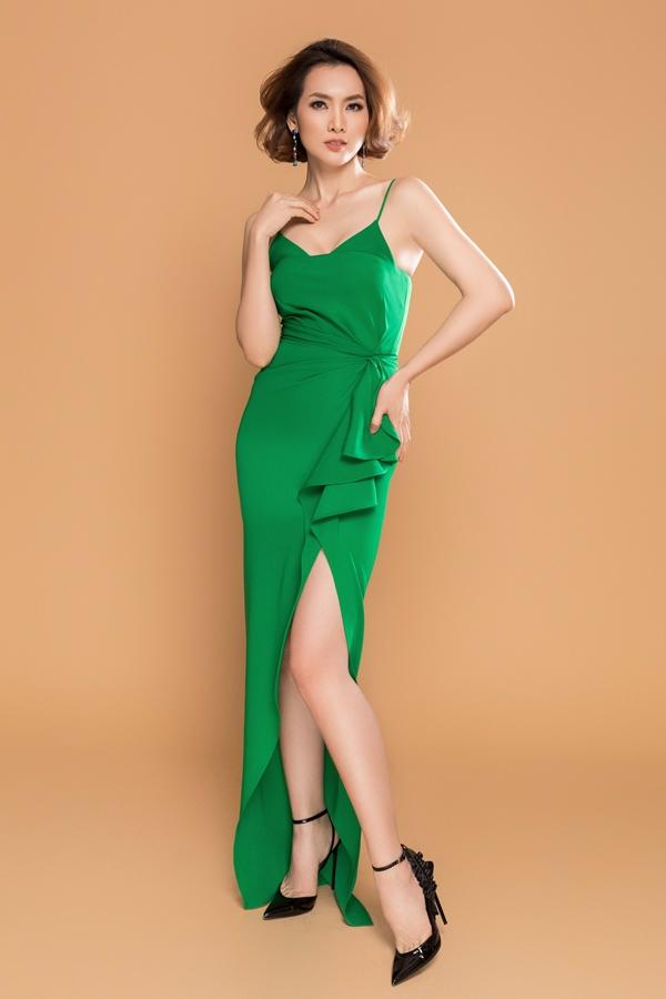 Siêu mẫu Anh Thư khoe vóc dáng gợi cảm cùng thiết kế váy hai dây đi kèm đường xẻ tà.