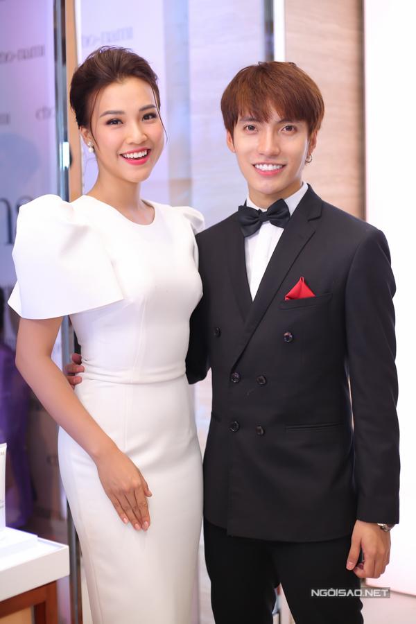 Á hậu Hoàng Oanh vui vẻ hội ngộ stylist Kye Nguyễn.