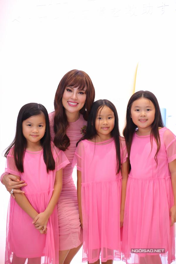 Ba con gái xinh xắn của Hoa hậu Phương Lê đi sự kiện cùng mẹ.