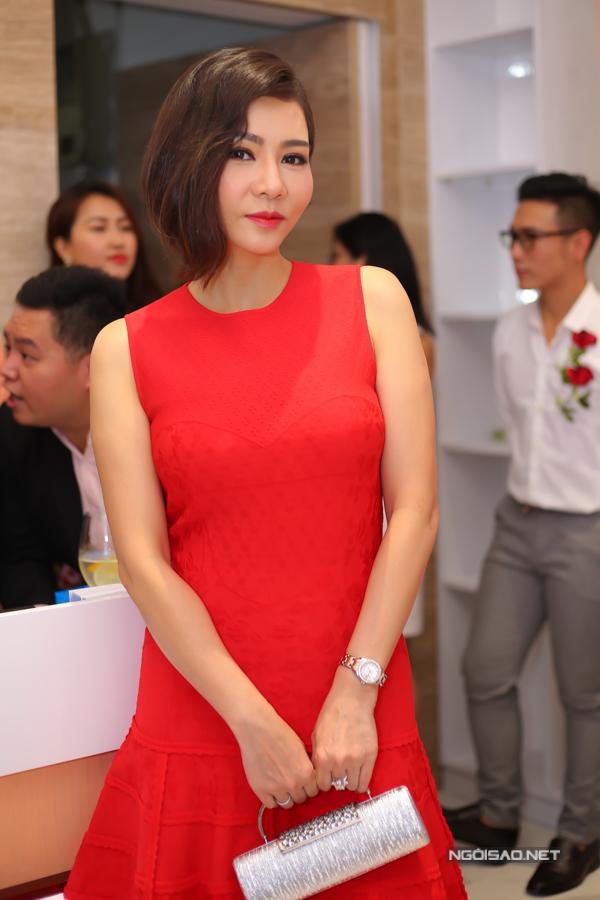 Ca sĩ Thu Minh diện váy đỏ nổi bật tới chúc mừng Phương Lê trở thành đại sứ một thương hiệu mỹ phẩm.