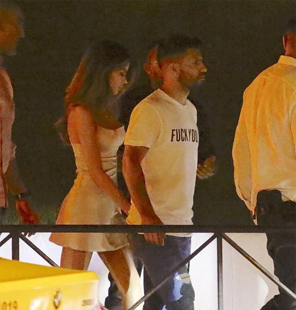 Tối 26/7, cánh săn ảnh ở Ibiza bắt gặp Aguero tay trong tay cùng một người đẹp lạ mặt rời hộp đêm Pacha. Tiền đạo của Chelsea tới vùng biển thuộc Tây Ban Nha xả hơi sau khi tuyển Argentina phải sớm dừng chân ở vòng knock-out World Cup 2018.