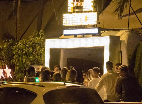 Bên ngoài hộp đêm Pacha nơi Aguero vui chơi cùng người đẹp bí ẩn. Ibza là địa điểm được nhiều ngôi sao bóng đá lựa chọn làm nơi nghỉ ngơi sau khi mùa giải kết thúc.