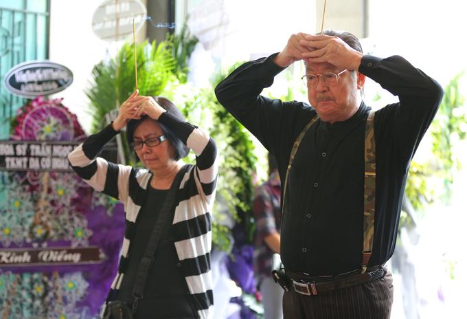 Vợ chồng nghệ sĩ Chánh Tín đến tiễn biệt người em đồng nghiệp hiền lành.