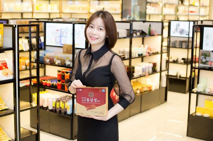 Hoa hậu Đại Dương trực tiếp chọn sản phẩm có thương hiệu tại Hàn Quốc nhằm mang đến mỹ phẩm tốt nhất cho khách hàng.