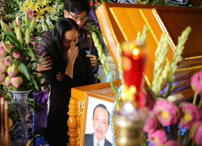 Diễn viên Hạnh Thúy đau xót khi nhìn mặt Thanh Hoàng lần cuối.