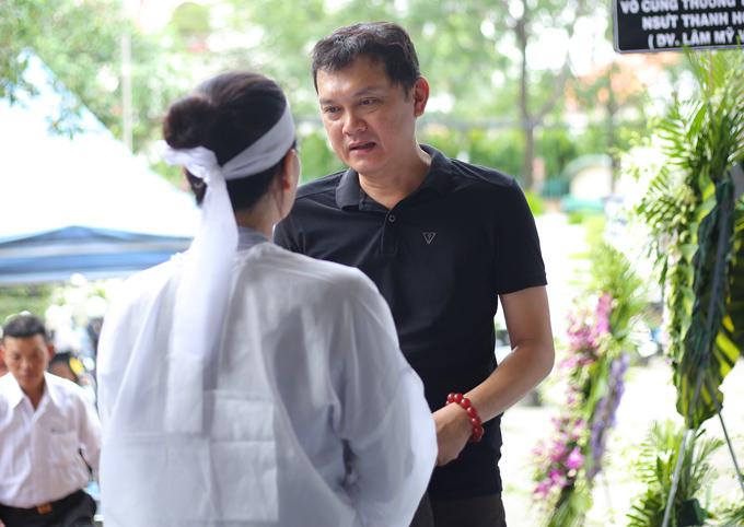 Nghệ sĩ Hữu Châu từng là phù rể trong đám cưới của Thanh Hoàng cách đây gần 30 năm. Anh không khỏi xót xa khi nhìn người vợ tiều tụy của bạn đứng chịu tang chồng.