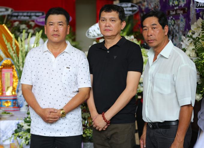 Ba nghệ sĩ Hữu Nghĩa, Hữu Châu và Hữu Vũ (ngoài cùng bên phải) từng dự đám cưới của Thanh Hoàng. Họ đau buồn khi hội ngộ nhau tại đám tang bạn thân.