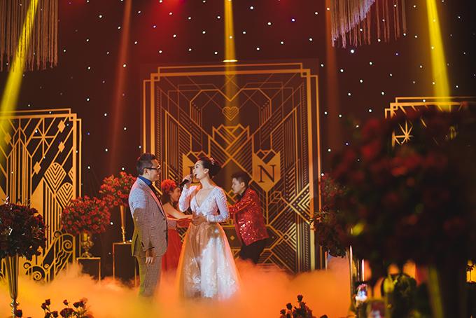 Thanh Nhàn thay chiếc váy cưới thứ hai vẫn với thiết kế xẻ ngực sâu và thể hiện tài năng ca hát trong hôn lễ. Sau đám cưới ở TP HCM, uyên ương còn tổ chức thêm tiệc cưới ở Quảng Trị - quê nhà cô dâu.