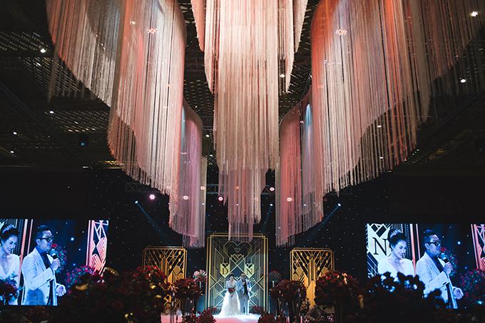 Dàn đèn treo cỡ lớn thắp sáng hôn lễ của Thanh Nhàn và Douglas Viet Xuan Hoang. Ngày cưới, tôivà ông xãthật sự hạnh phúc với không gian hôn lễ trong mơ, ngập tràn hoa, ánh sáng lung linh ấm ấp. Một đêm thật tuyệt vời, cô dâu không giấu nổi vẻ hạnh phúc khi nói về đám cưới.