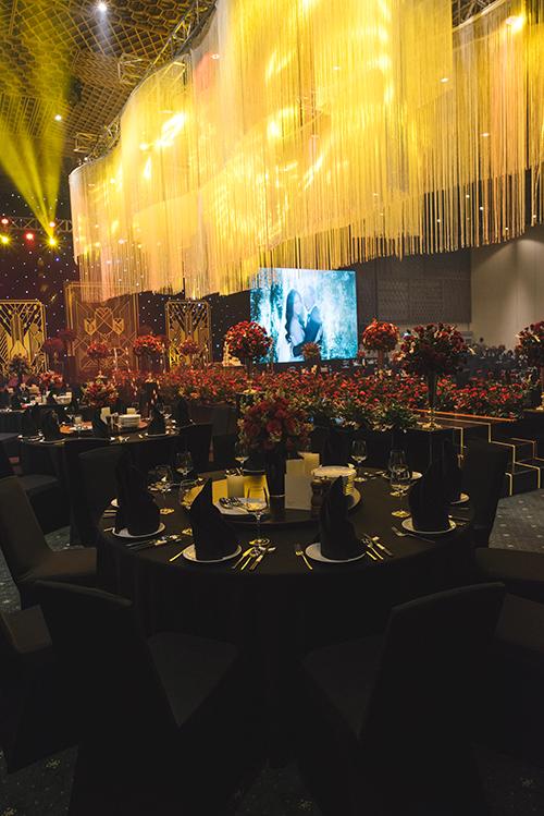 Từ ghế ngồi của khách mời, khăn trải bàn đến giấy ăn đều mang tông màu đen. Một lọ hoa hồng đỏ thắm được đặt giữa bàn tiệc có nhiệm vụ tô điểm cho không gian.