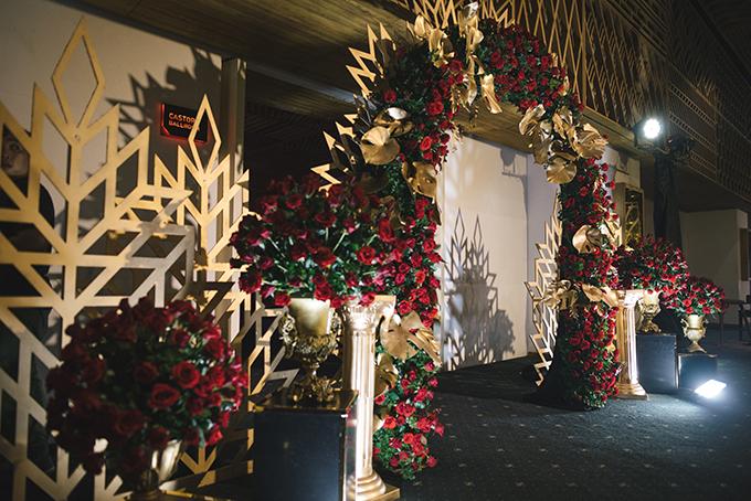 Không gian tiệc cưới được tô điểm bởi hoạ tiết hình học và 12.000 bông hoa hồng đỏ thắm. Sở dĩ uyên ương chọn hồng đỏ bởi loài hoa này gắn liền với hình tượng nữ thần tình yêu trong thần thoại Hy Lạp, biểu tượng cho tình yêu chân thành, mãnh liệt.Cổng cưới có nhiều chi tiết giống tấm thiệp Gatsby mà uyên ương đã gửi đi trước đó. Cặp vợ chồng mất một tháng để chuẩn bị cho hôn lễ, trong đó thời gian duyệt thiết kế đến khi gia công sản phẩm là hai tuần. Mọi thứ diễn ra nhanh chóng đến mức điên rồ. Tôitrình bày ý tưởng còn ekip thực hiện bản vẽ thiết kế từ họatiết nền đến cách phối hoa, nội dung chương trình, dàn dựng, ánh sáng. Mọi thứ đều được thực hiện nhanh chóng nhưng vẫn có được sự tỉ mỉ cần thiết, Thanh Nhàn chia sẻ.