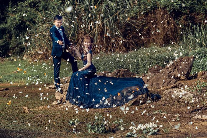 Một khoảnh khắc đẹp khác của đôi vợ chồng ở rừng Cúc Phương. Cả hai được bao vây bởi đàn bướm trắng, tạo nên thước phim lãng mạn và thơ mộng.
