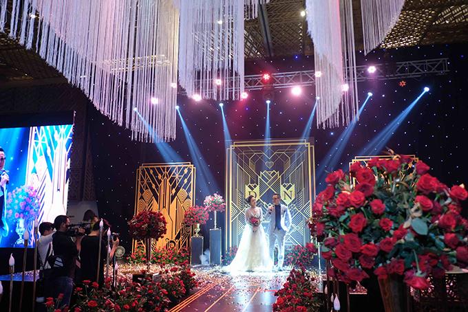 Đám cưới phong cách Gatsby chú trọng chi tiết, những đường cắt tinh xảo đều được sắp xếp có chủ ý. 3 thành viên trong đội ngũ thiết kế liên tục gửi bản vẽ cho Thanh Nhàn duyệt để đảm bảo được concept thống nhất. Sau khi bản vẽ được duyệt, cả ekip bắt tay vào việc phối cảnh hoa, ánh sáng và gửi minh họa sát với thực tế cho cô dâu.