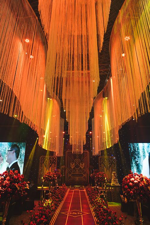 Những trụ hoa hồng lớn và cụm hoa nhỏ mang sắc đỏ thắm được đặt ở hai bên lễ đường.