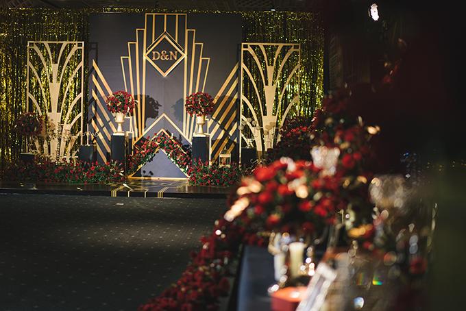 Các chi tiết hình học xuất hiện trong hôn lễ bám sát thiết kế thiệp cưới của uyên ương. Wedding planner còn dùng vải kim tuyến ánh vàng để tạo hiệu ứng thị giác cho không gian.