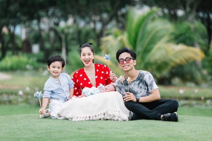 Vợ chồng Khánh Thi- Phan Hiển hạnh phúc bên hai con.