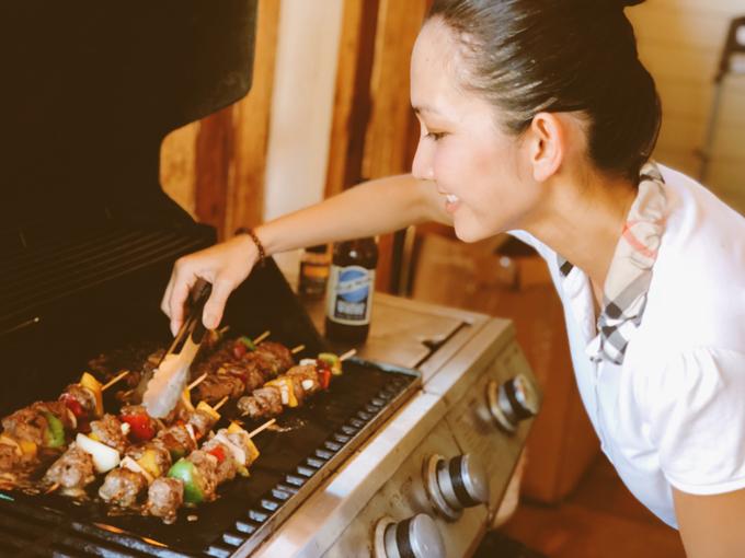 Để đánh dấu dịp đặc biệt này, nàng Út Ráng đã tự tay chuẩn bị bữa tiệc tại nhà. Cô nấu nhiều món ăn ngon, trang trí phòng khách của ngôi nhà thật lung linh với những bức ảnh của cả gia đình.