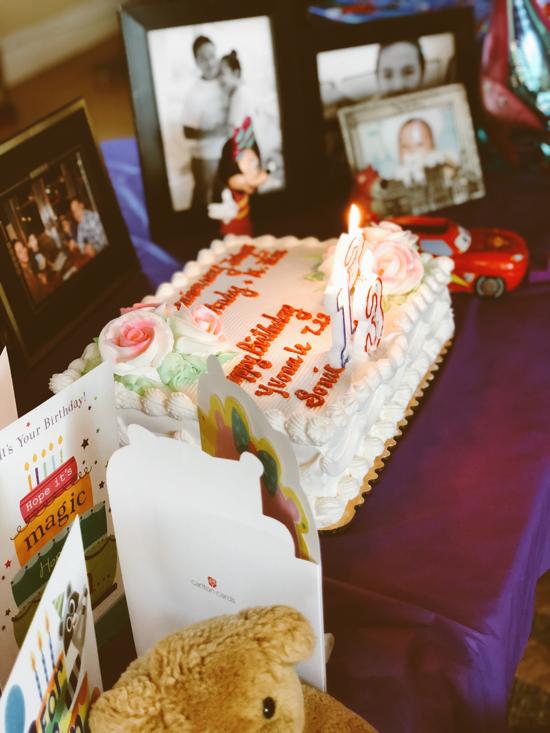 Cô còn chuẩn bị chiếc bánh ngọt để các thành viên trong gia đình cùng thổi nến chúc mừng.