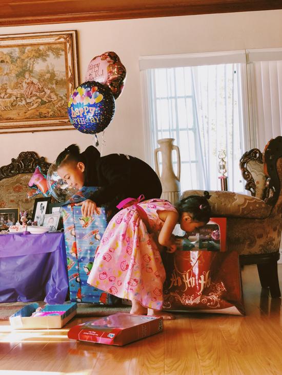 Tháng 7 này Sonic đã tròn 13 tuổi, còn bé Yvona cũng tròn 3 tuổi. Hai anh em đều rất háo hứng bởi được bố mẹ và những người thân trong gia đình tặng cho nhiều quà sinh nhật.