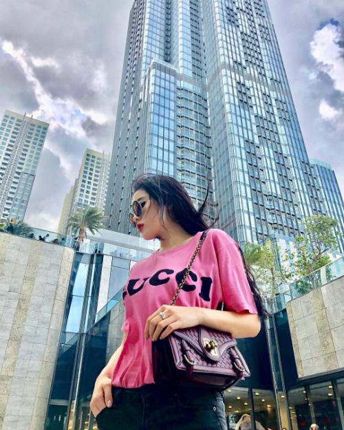 Hoa hậu Kỳ Duyên khẳng định:Nước mình không thua các nước khác chút nào đâu nhé, khichụp ảnh sống ảo cạnh tòa nhà chọc trời 81 tầng ở TP HCM.