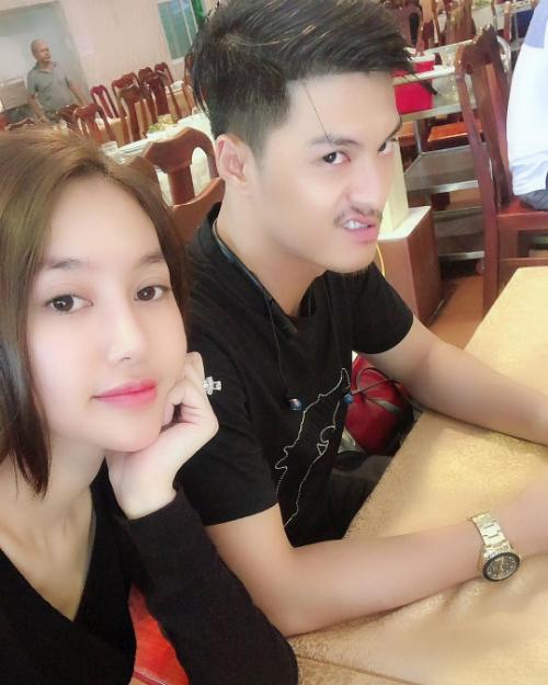 Lâm Vinh Hải làm mặt xấu khi selfie cùng bạn gái Linh Chi.