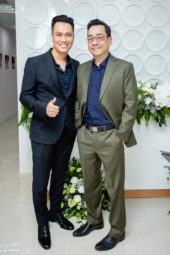NSND Hoàng Dũng cũng đến chia vui với con trai Phan Hải.
