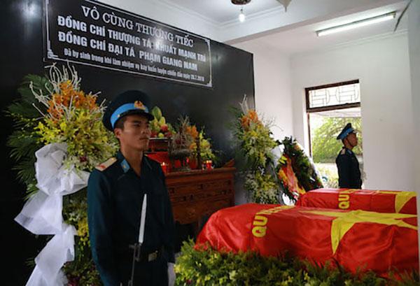 Hàng trăm đồng đội đến tiễn đưa hai phi công hy sinh vì máy bay rơi ở Nghệ An