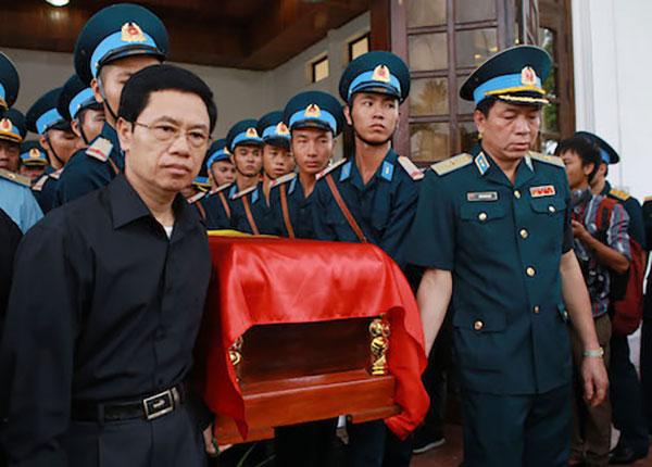 Hàng trăm đồng đội đến tiễn đưa hai phi công hy sinh vì máy bay rơi ở Nghệ An - 1