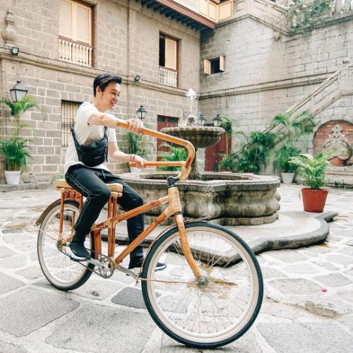 Quang Vinh thích thú khi cưỡi xe đạp dạo chơi.