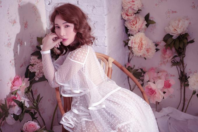 Quỳnh Thư chia sẻ, cô thích những bộ cánh kiểu bèo nhún, xếp tầng điệu đà.