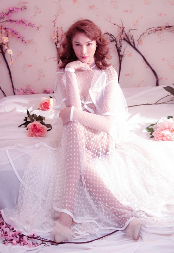Quỳnh Thư hiện vừa là diễn viên phim truyền hình vừa là người mẫu. Cô vừa thực hiện bộ ảnh thời trang với váy áo gam trắng.