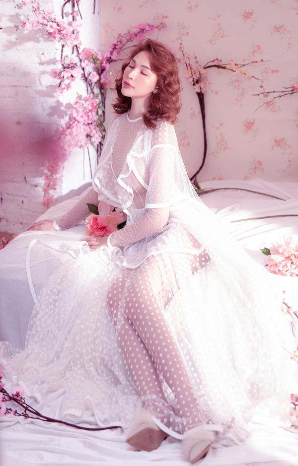 Người đẹp Sài Gòn khoe chân dài, ngực trần lấp ló khi diện trang phục xuyên thấu, họa tiết chấm bi.