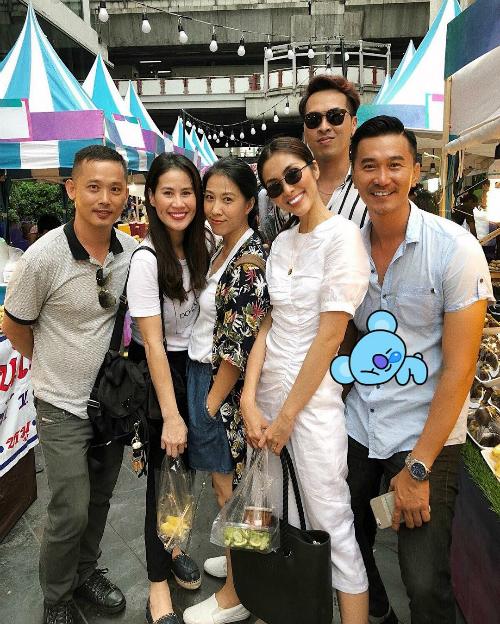 Thân Thúy Hà, Hà Tăng, Thùy Trang (vợ ca sĩ Phạm Anh Khoa) tạo dáng khi pose hình cùng những người bạn.
