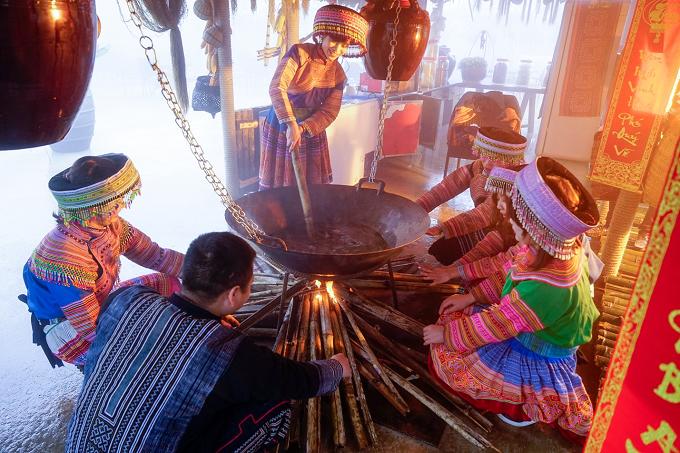 Anh Nguyễn Quang Duy (Q.1, TpHCM) chia sẻ, mặc dù không phải là một tín đồ ẩm thực, nhưng anh đã thật sự bị cuốn vào lễ hội bởi những món ăn đặc trưng của núi rừng Tây Bắc như khâu nhục, thắng cố Bắc Hà, lạp xưởng Sa Pa& được chính những đầu bếp từ các dân tộc vùng cao của huyện Sa Pa và Bắc Hà chế biến ngay trong không gian ẩm thực.