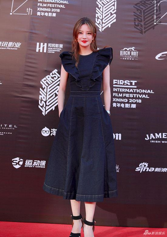 Triệu Vy khoe dáng trên thảm đỏ Liên hoan phim First lần thứ 12 tại thành phố Tây Ninh (Thanh Hải, Trung Quốc) tối qua. Diện váy denim, Én nhỏ trông trẻ trung như ở tuổi đôi mươi.
