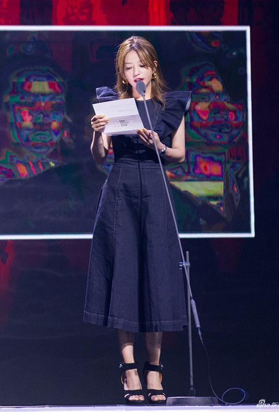 Triệu Vy đã khiến người hâm mộ ngỡ ngàng vì ngoại hình eo ót hiện tại và style ăn mặc tươi trẻ.