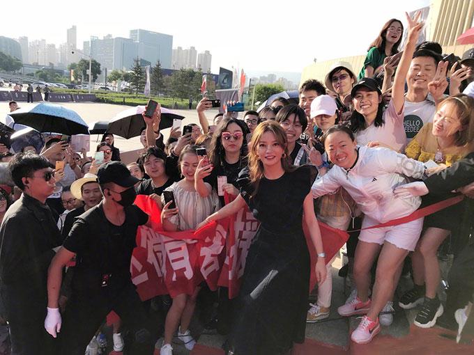 Triệu Vy được các fan ở thành phố TâyNinhchào đón nồng nhiệt.