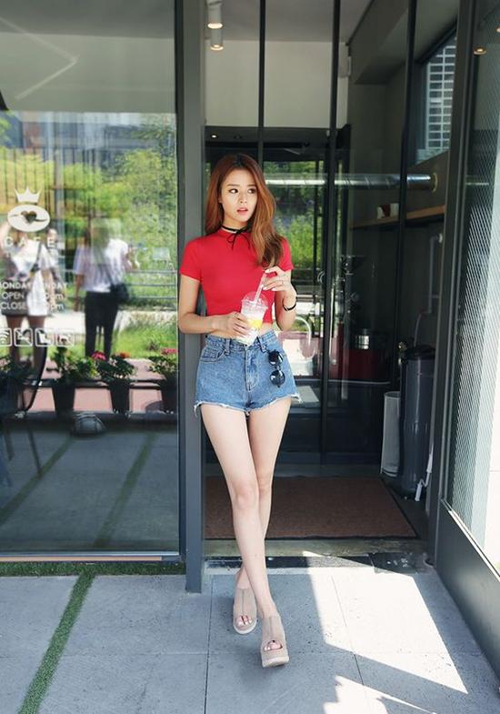 Fashionista châu Á chọn áo thun tông màu nổi bật để tạo điểm nhấn cho từng set đồ dạo phố.