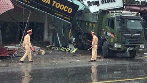 Chiếc xe tải quay đầu ra đường sau khi gây tai nạn. Ảnh: Thanh Tuân.