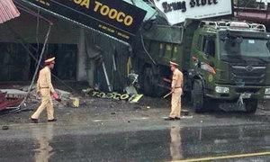 Xe tải húc bay mặt tiền 5 nhà ven đường, hai mẹ con tử vong